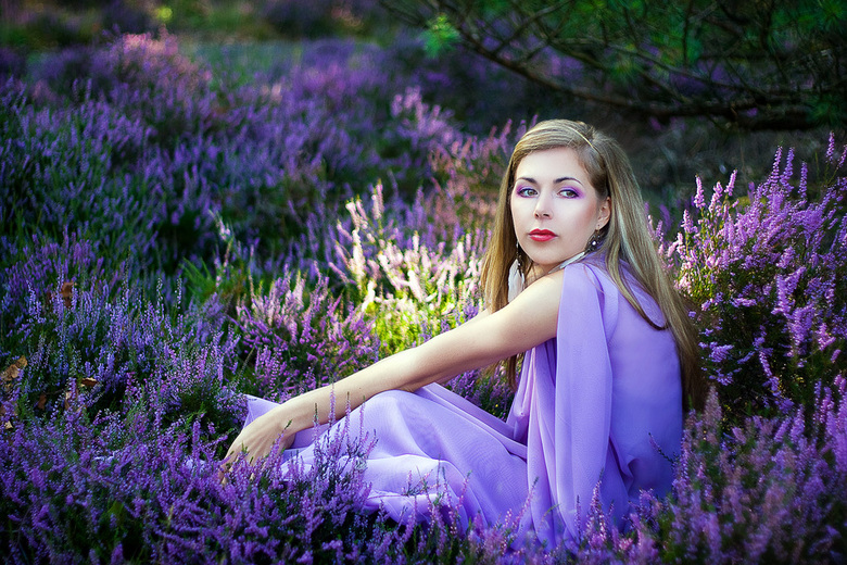 Purple beauty - De hei was in bloei en dat konden we niet missen. De jurk is door mijn model Charlie zelf gemaakt.