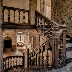 Verlaten kasteel met aparte trap