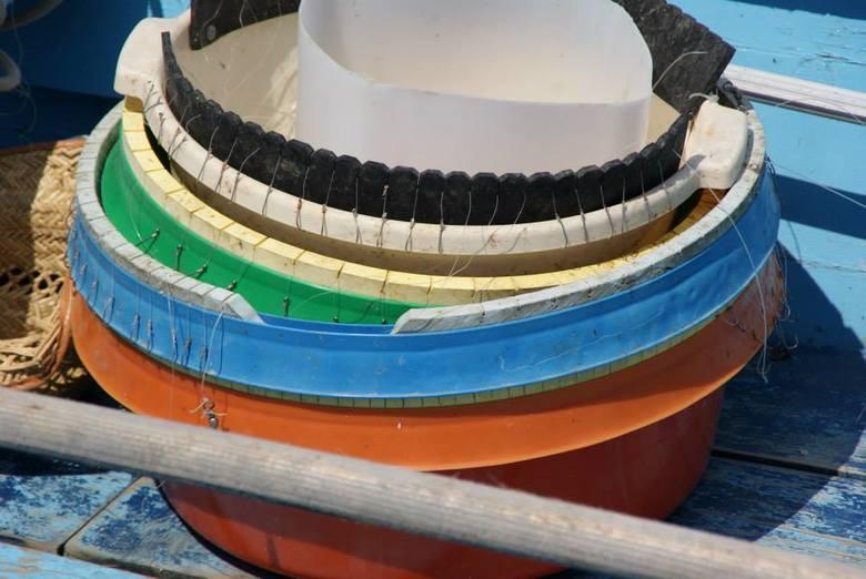 vishaakjes - op een vissersboot , de vishaakjes netjes   gesorteerd