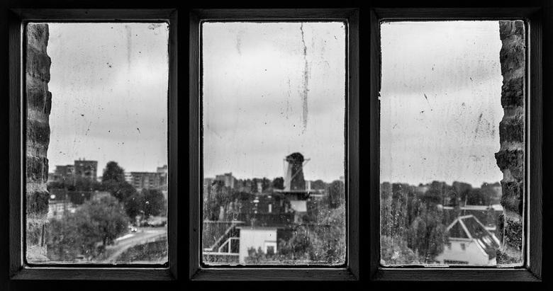 Uit het raam starend.... - Nationale molendag 2018, Schiedam, vanuit molen de Walvisch uitkijk op molen de Drie Koornbloemen. Hier nog zonder wieken,