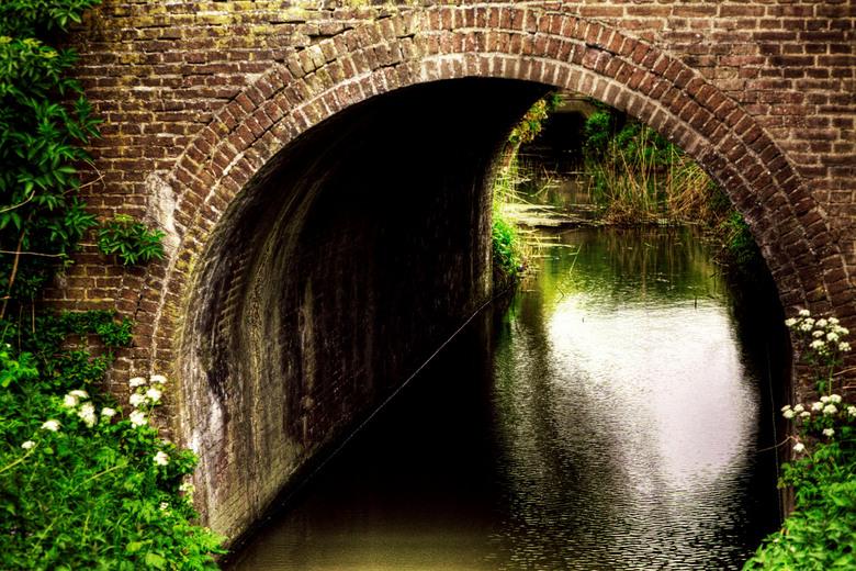 De tunnel naar...? - Het leuke aan dit soort plaatjes is dat je altijd je fantasie kan gebruiken, wat zal er aan het einde van de tunnel zijn?