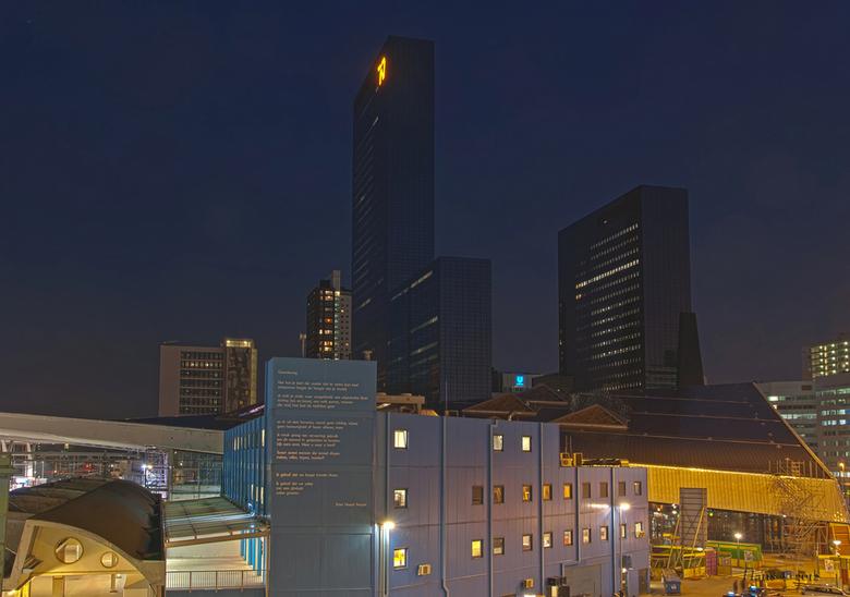 Nationale Nederlanden Rotterdam - Gisterenavond even op CS geweest en daar onder andere dit plaatje geschoten. Hij kan beter, maar ga nog eens terug d