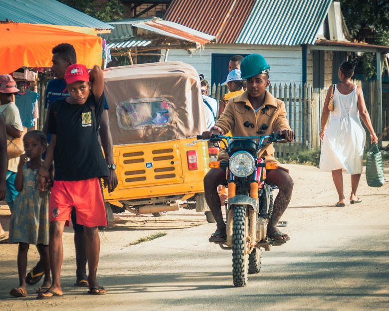 Cool - Op fotoreis in Madagascar. Hij kwam een paar keer voorbijgereden. Heel 'cool' met jas bij >30grC
