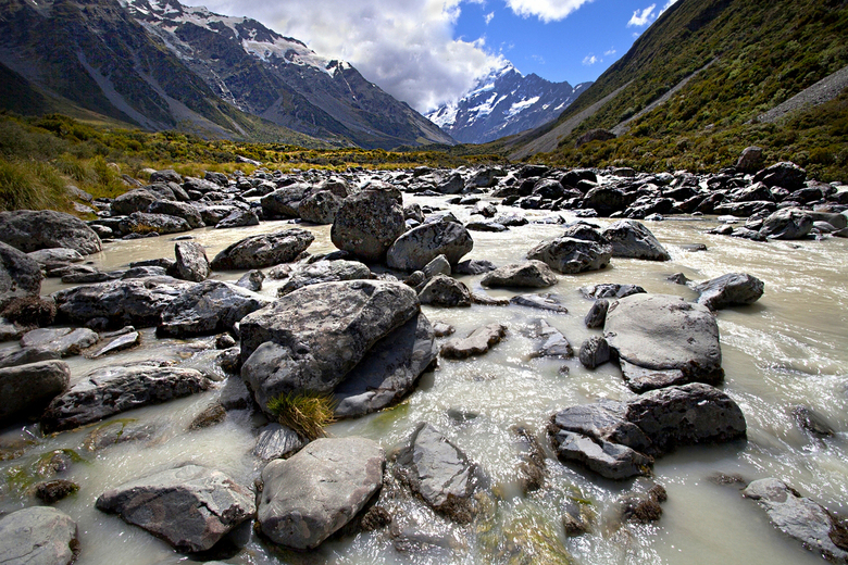 Nieuw - Zeeland 041 - Een klein riviertje wat we moesten oversteken.<br /> Goed door de knieën, die overigens al aardig wat voor de kiezen hadden geh