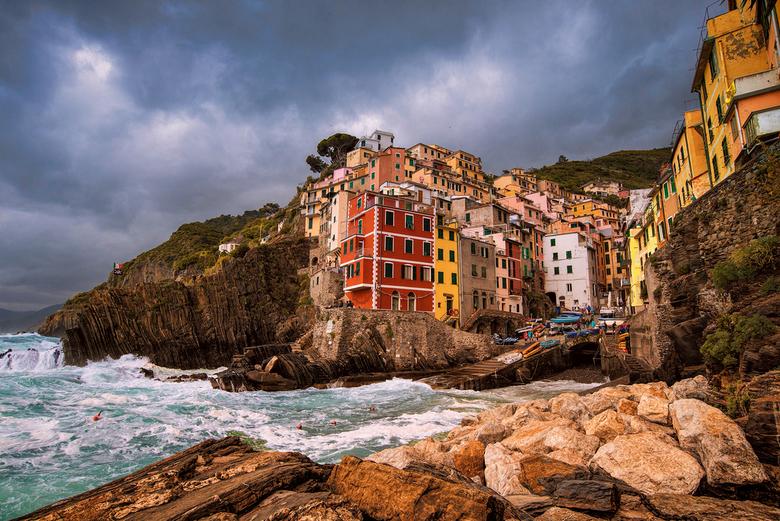 Riomaggiore - Haven van Riomaggiore bij de Cinque Terre van Toscane. Het was met gevaar voor eigen leven want het waaide erg hard en de golven beukte