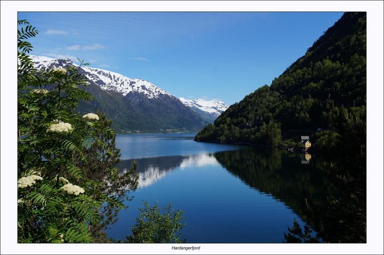 Stilte - De Hardangerfjord (Noors: Hardangerfjorden) is een circa 170 kilometer lange fjord gelegen aan de zuidwestkust van de Atlantische Oceaan van