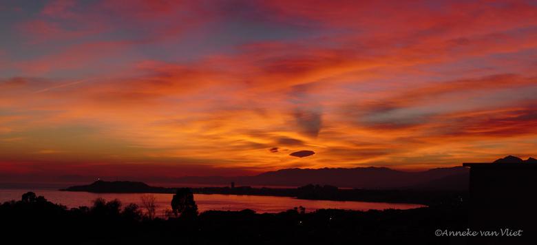 Zonsondergang boven Puerto de Mazarrón - 31 Januari 2016 werd met een fantastische zonsondergang afgesloten.