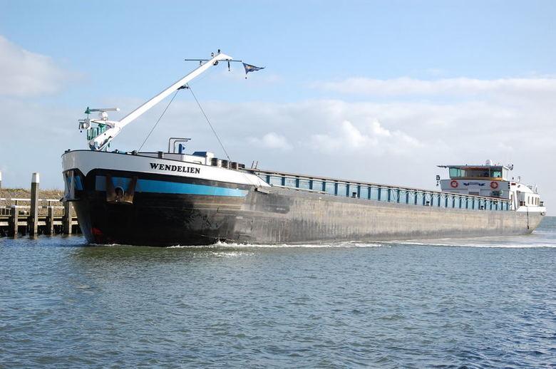 Wendelien - Binnenvaartschip Wendelien komt de haven van Oudeschild binnenvaren.