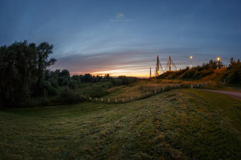 Sunset at the Bridge - Landschap bij de Martinus Nijhoffbrug bij Zaltbommel. Gemaakt met een fisheye lens.