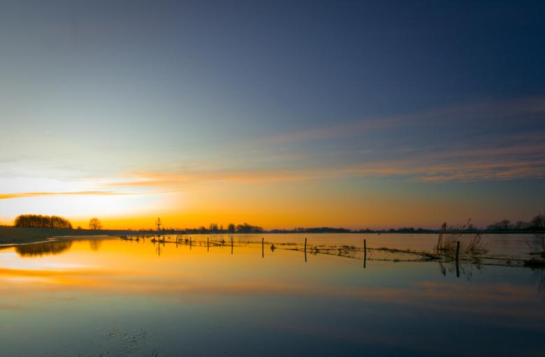 De IJssel - Na bijna een jaar eindelijk weer een foto van mij. <br /> De IJssel in de vroege ochtend, waar het water tot in de weilanden stond.<br />
