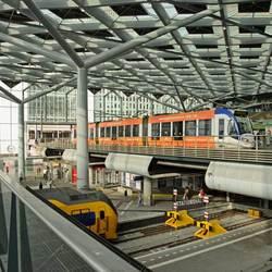 Tram en trein op Den Haag CS