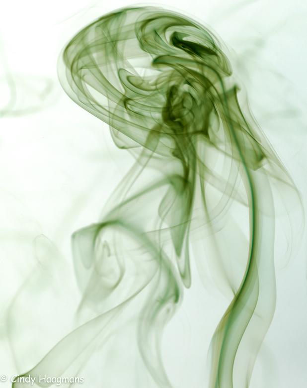 vrouw in rook - Met behulp van wierook en daarna fotobewerking ontstond deze dame met hoed.