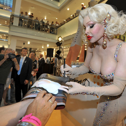 Gay icon Amanda Lepore in de Bijenkorf Amsterdam
