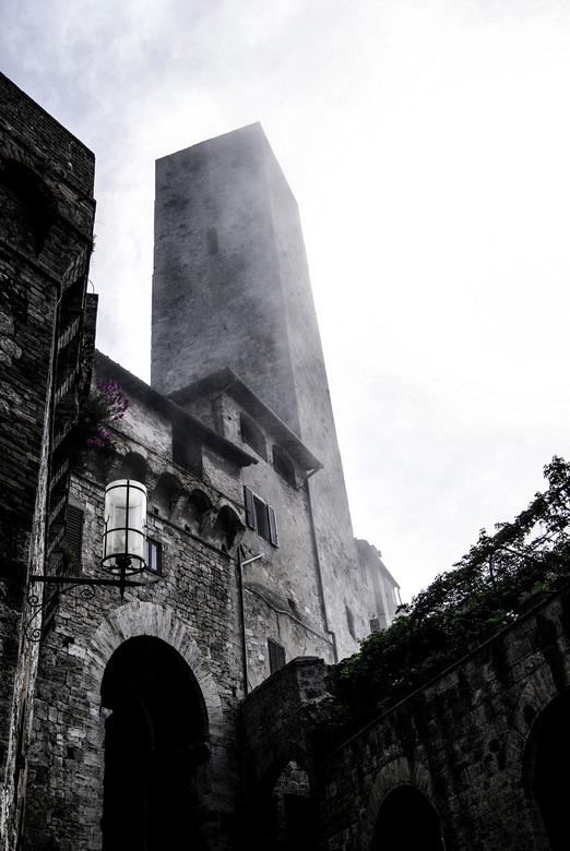 Tower in the clouds - Deze foto is genomen in San Gimignano - Toscane -. Prachtig schouwspel waar de toren de wolken raakt.