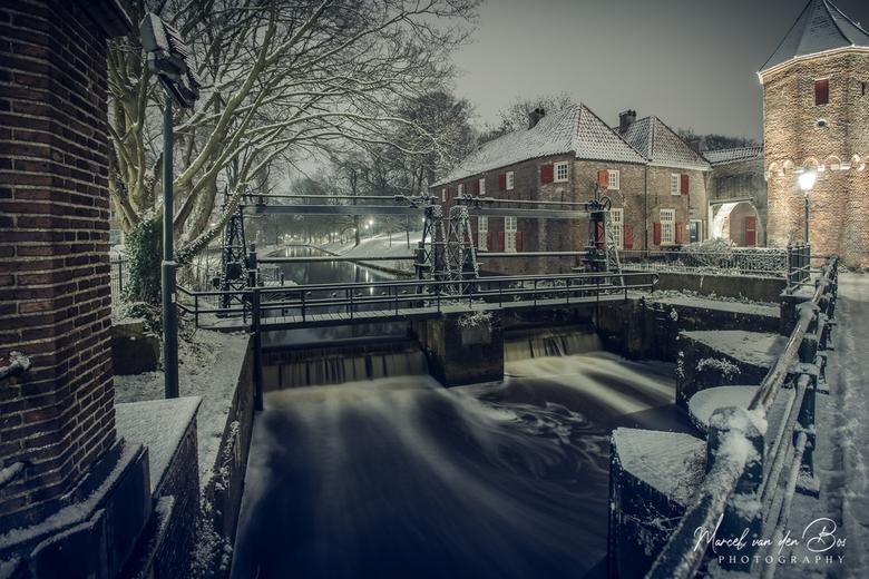 Winters Amersfoort - Winters Amersfoort met sneeuw. De sluis naast de koppelpoort met mooi stromend water geeft een koude aanblik.