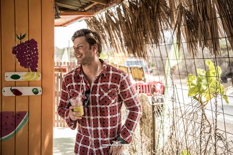Tim Douwsma single hoes Curaçao - Tijdens de clip opnames van Tims nieuwe Single: Jij gaat met me mee deze single hoes geschoten