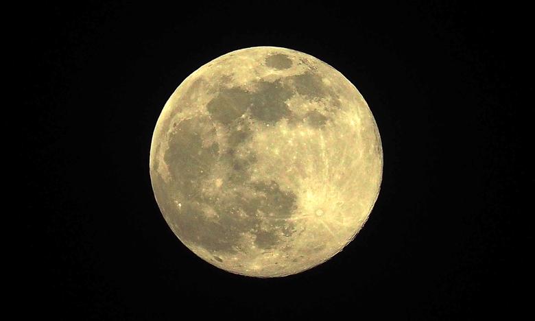 Supermaan  - Supermaan op 7 april 2020 <br /> <br /> Een supermaan is een volle maan die groter en helderder opkomt dan gewoonlijk. De maan draait i