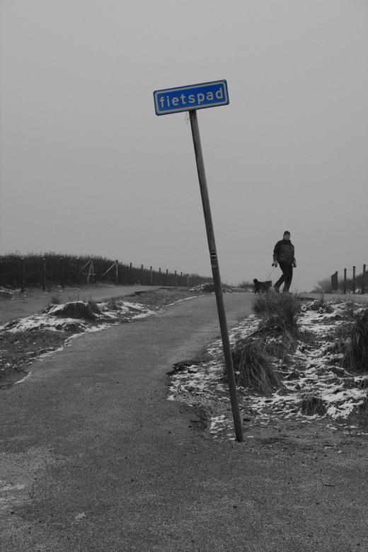 Fietspad - Een grijze dag in het duingebied ten zuiden van Den Haag. Ik wilde het blauw van het bordje 'fietspad' behouden. Grappig dat de e