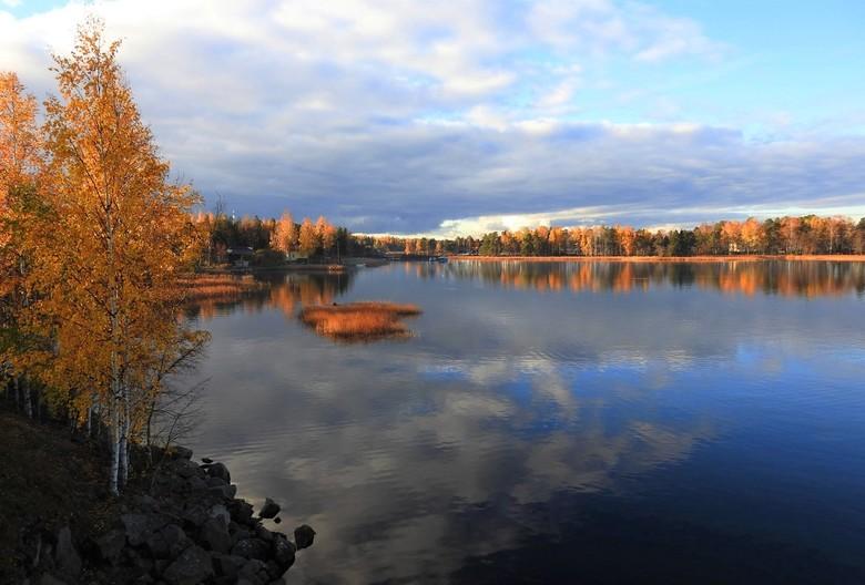 Finslandschap - vorige week zondag was het zo mooi.<br /> het was blad stil en zonnig  maar er kwam een donkeren wolkendek aan en toen werden de kleu