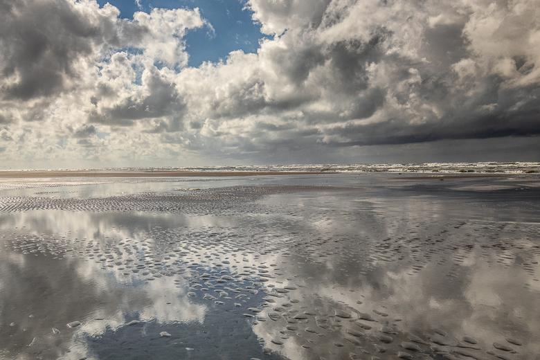 Cloudy - We zijn weer terug van twee weken Ameland en hebben genoten van zee, zon, strand en fraaie wolkenluchten.