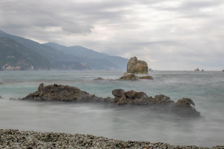 uitzicht op cinque terre - vanaf het strand van monterosso genomen,met op de achtergrond de andere 4 dorpen.