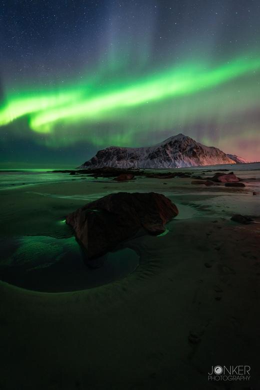 A night at the beach - Onze eerste avond op de Lofoten werden we gelijk al getrakteerd door moeder natuur. Wat een spektakel. Het noorderlicht moet je