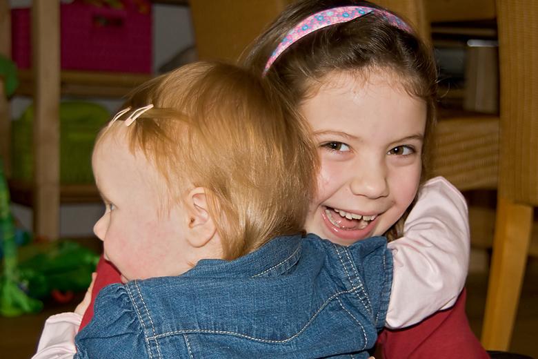 """Even een knuffel! - Mijn meiden houden erg van elkaar <img  src=""""/images/smileys/wilt.png""""/><br /> <br />"""