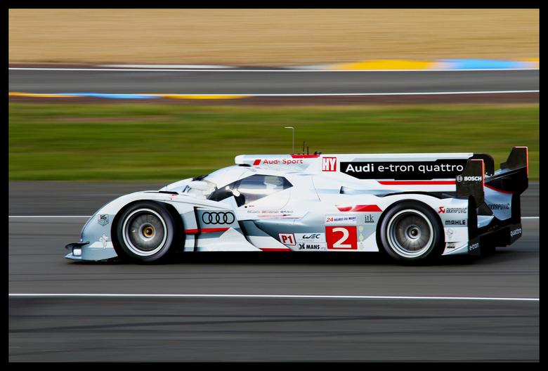 Audi R18 E-tron - Audi in actie tijdens de 24 uur van Le Mans 2012. Achter het stuur Tom Kristensen die inmiddels deze race 8 keer heeft gewonnen.
