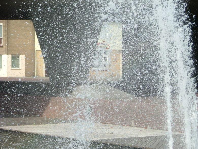 Laatste fontein. - De laatste foto (van deze serie) die ik upload van de fonteinen in de Zuid-Willemsvaart in Helmond.<br /> <br /> Het begon te waa