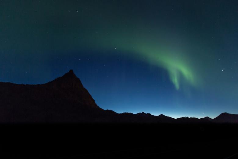 Noorderlicht net voor zonsopkomst op de Lofoten - Op m'n laatste avond op de Lofoten beloofde ik mezelf één ding: we gaan het Noorderlicht vastle