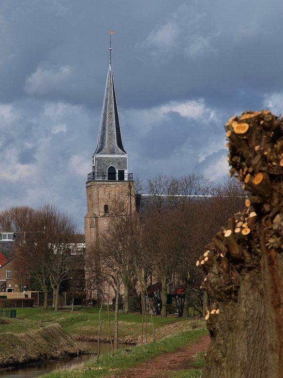 hoezo scheef - De Nederlands Hervormde Kerk in ons dorp Heinenoord is een mooie monumentale kerk. De toren staat heel erg scheef.<br /> Als je in de