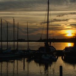 Zonsondergang in jachthaven