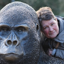 Portret van vrouw en gorilla