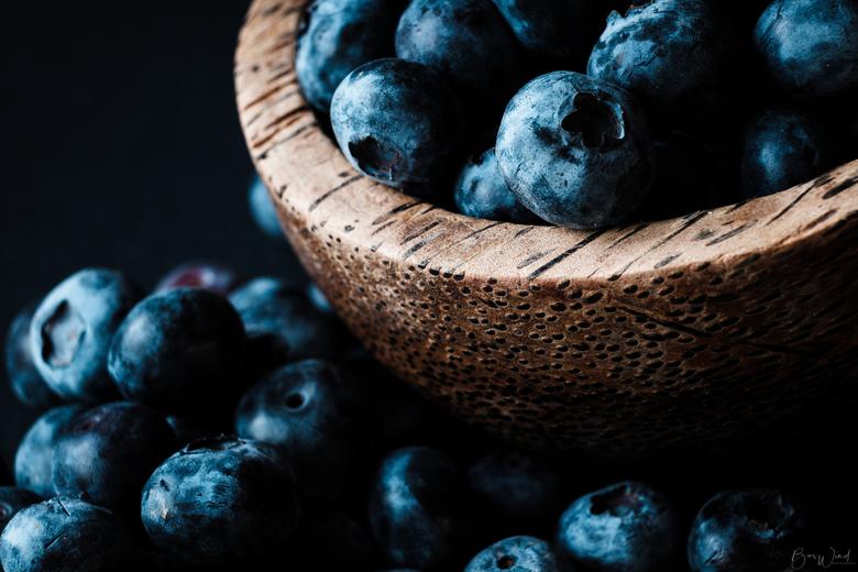 Blauwe bessen - deel 2 - Blauwe bessen bij natuurlijk licht (noord). Gebruik gemaakt van de filmsimulatie Velvia om te komen tot deze kleurtoon en sfe