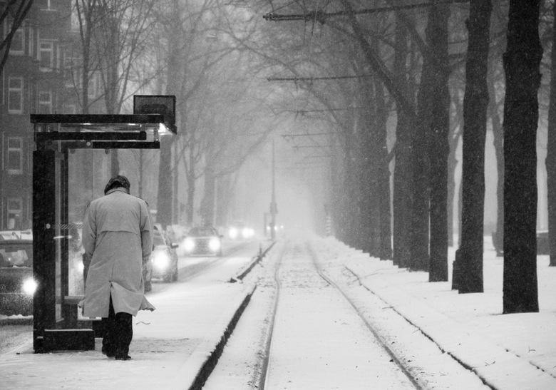 Wachten op de tram - In de middag van zondag de 20e van januari dit jaar (2013) begon het flink te sneeuwen buiten. In plaats van te wachten totdat de