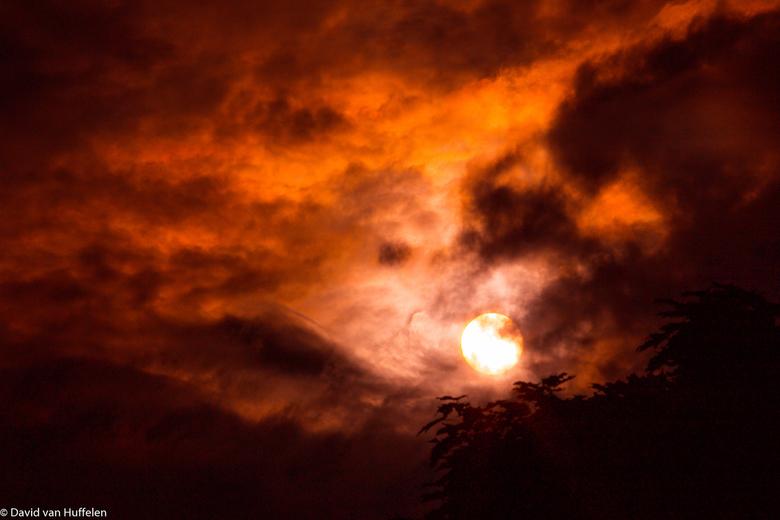 the dark summer sun - Dit was een erg donkere foto waarin ik de wolken heb geaccentueerd, en het licht met rood heb bewerkt.