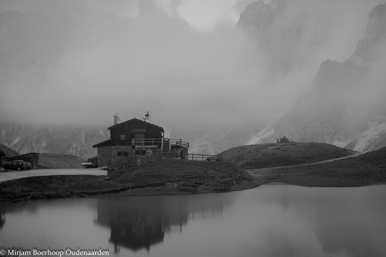 Baita Segantini in de mist -