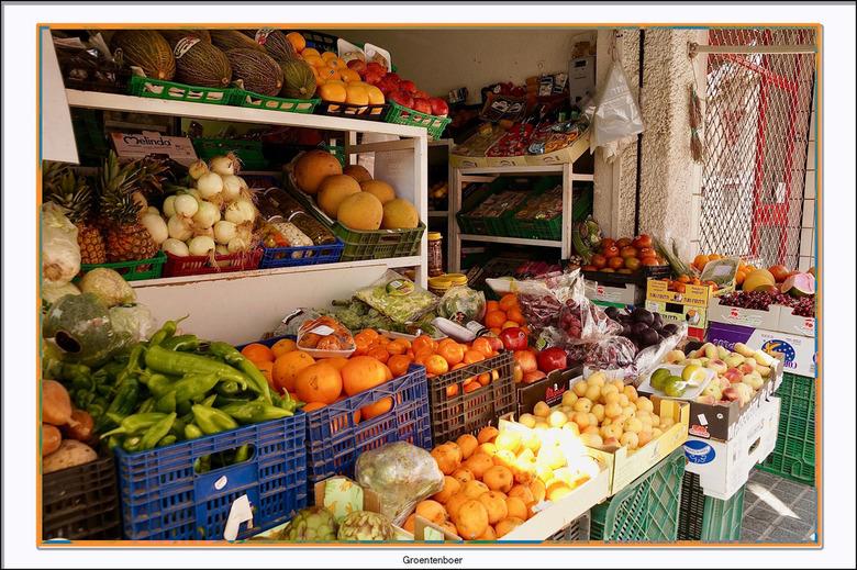 Groentenboer - Zomaar een leuk groentewinkeltje in Cordoba. Ik vind het altijd leuk om al die soorten groenten en fruit te bewonderen.<br /> Ooit wil