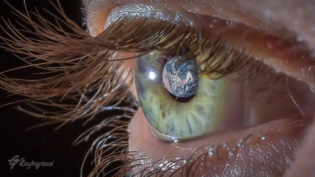 Wereld door mijn ogen - Compositie van macro van oog met een commons foto van NASA.
