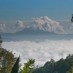 een wolkendeken in het Himalayagebergte