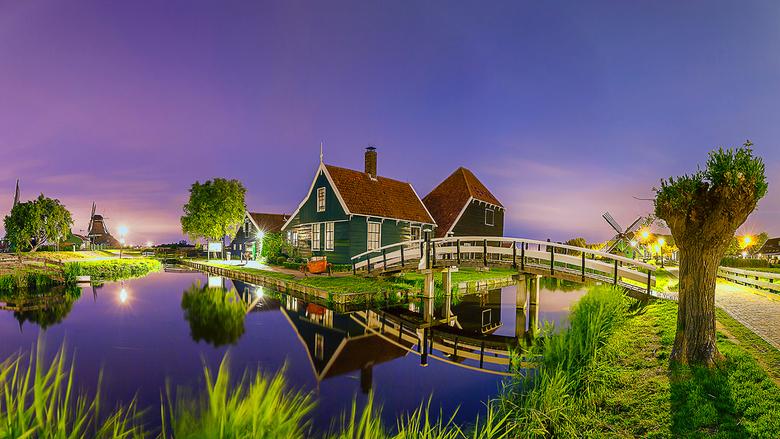 Zaanse Schans - Panorama van de Zaanse Schans bij nacht.<br /> <br /> De foto is samengesteld uit acht foto&#039;s van met ieder een sluitertijd van