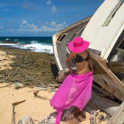 Roze en zwart op het strand