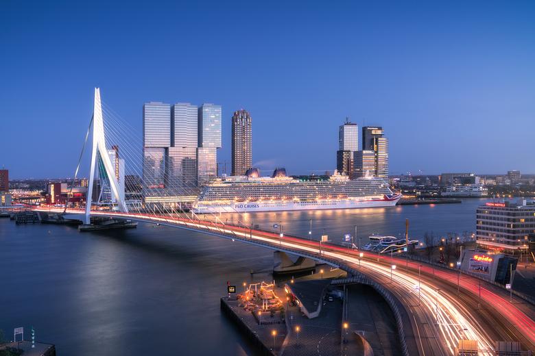 P&O Britannia - In Rotterdam is het cruise seizoen inmiddels op volle toeren. De één na het ander grote schip meert aan op de cruise terminal aan