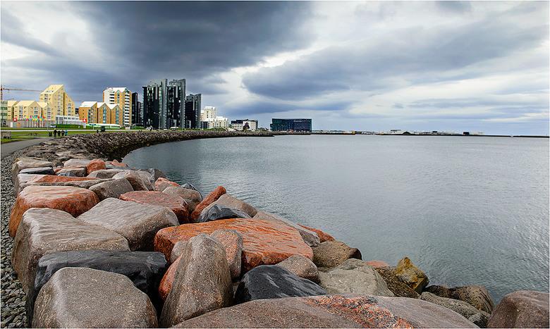 Reykjavik - Skyline Reykjavik, vanaf de Sæbraut Sculpture & Shore Walk.
