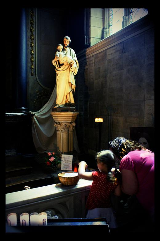 have Faith - een karsje opsteken, een berichtje posten bij St. Christoffel... Precies weer in het licht dat slechts sporadisch binnenviel in het donke