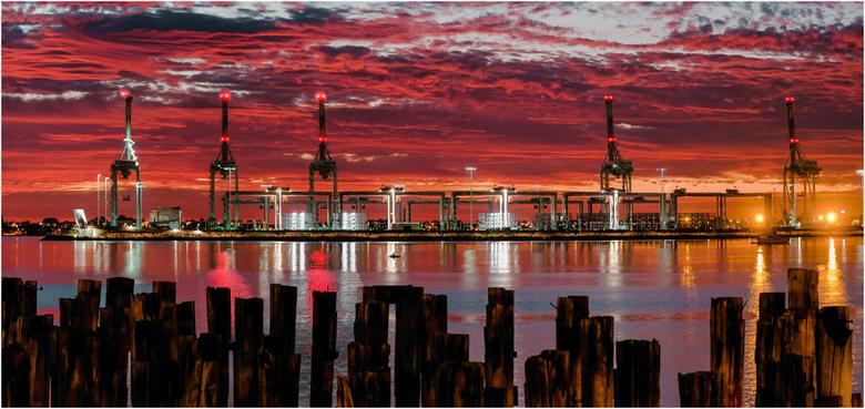 Haven zonsondergang - Zonsondergang bij de container haven van Melbourne