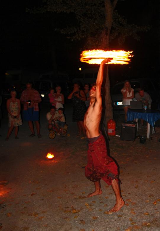 Spelen met vuur - Een beetje spelen met de sluitertijd,als je nagaat dat hij dit met een stok doet.