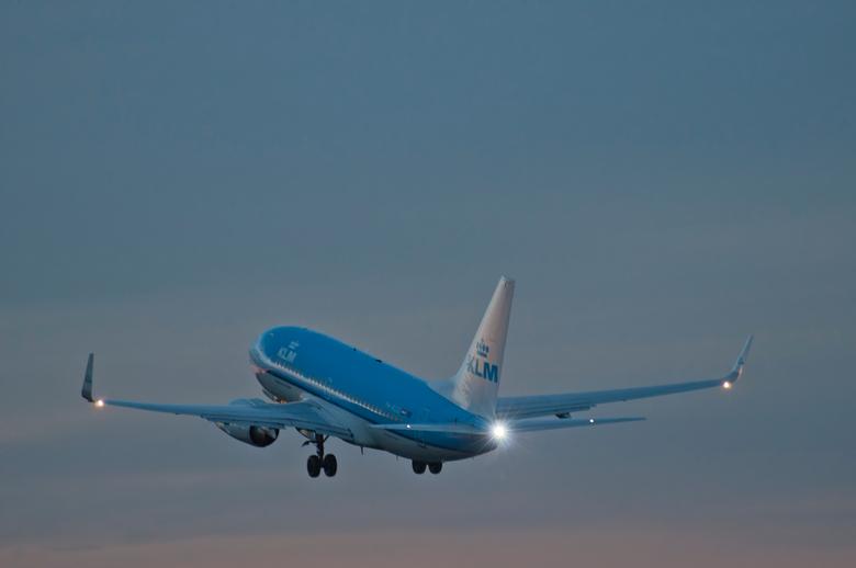 KLM Stijgt op - Vliegtuigen spotten bij avond op Schiphol.