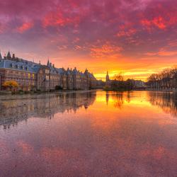 Binnenhof weerspiegeld in Hofvijver na Zonsondergang