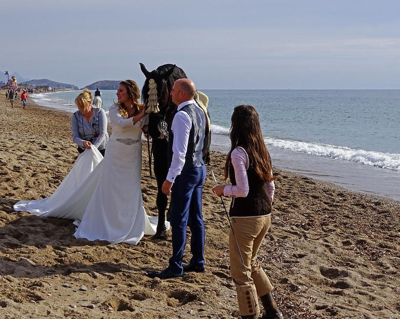 Bruiloft - bij een feest hoort ook een bruiloft hier in Spanje, dus even maar een paard geleend voor een foto. gr. Nel